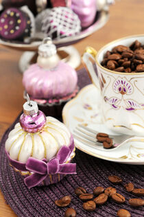 Jugendstil Kaffeetasse mit Kaffeebohnen und Gebäck aus Weihnachtskugeln. von havelmomente