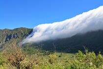 Wolkenfall über der Cumbre Nueva auf La Palma von Udo Beck