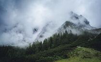 Ein wolkenverhangener Bergkamm  by Paul Simon