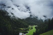 Almhütte im wolkenverhangenem Tal  by Paul Simon
