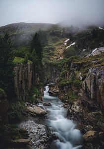 Wasserstrom in dramatischer Berglandschaft by Paul Simon