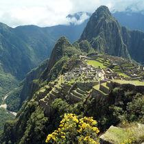 Machu Picchu im grünen Bergland von Peru  von Sabine Radtke