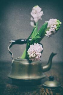 Still mit Wasserkessel und Blumen by Petra Dreiling-Schewe