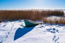Fischerboot in Wieck am Bodden auf dem Fischland-Darß im Winter von Rico Ködder