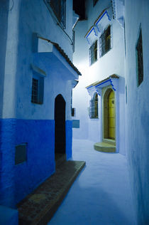 Night in Chefchaouen Medina, Morocco. von Tom Hanslien