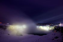 Horseshoe Falls at night, Niagara Falls, Canada von Julian Sheen