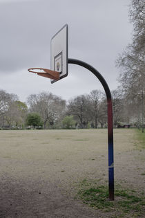 Basketball hoop in London Fields. von Tom Hanslien