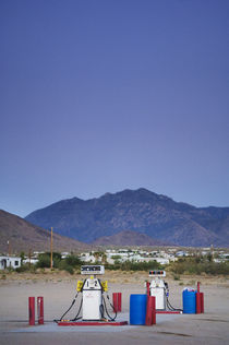 Fuel Pumps in Dolan Springs, Arizona. von Tom Hanslien