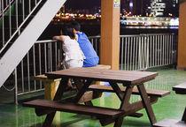 Waiting For The Ferry, Seoul, South Korea. von Tom Hanslien