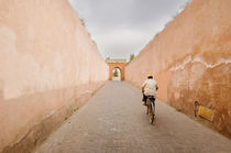 Cycling out of the Marrakesh Medina von Tom Hanslien
