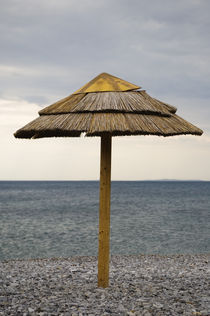 Parasol on the beach, Greece. von Tom Hanslien
