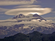 Mount Rainier (volcano) with a glowing lenticular cloud von Ed Book