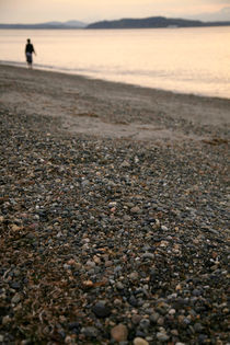 Boy strolls along the beach alone at sunset - Alki Beach, Seattle von Jess Gibbs