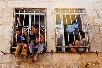 Children on a windowsill von Riccardo Valsecchi