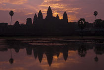 Angkor Wat - Classic Red Sky Reflection von Russell Bevan Photography