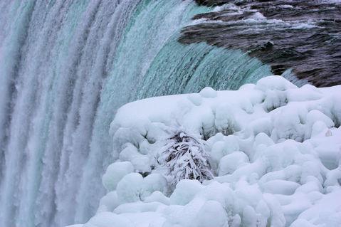 Niagara-falls-winter-at-the-brink-1