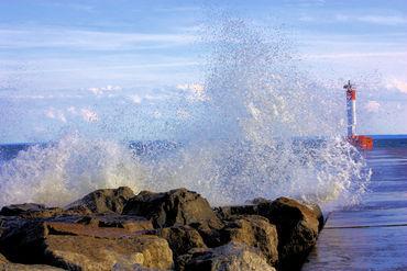 1-wave-splash-at-oakville-lighthouse-peir-2