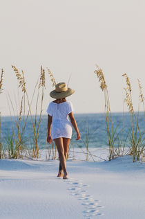 Young woman on White Sand Beach, Florida von Melissa Salter
