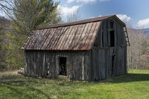 Weathered-wooden-barn