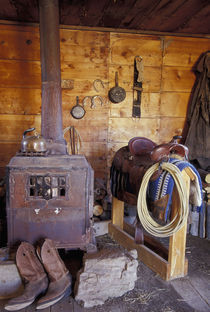 NA, USA, Oregon, Seneca, Ponderosa Ranch Line shack with cowboy gear PR von Danita Delimont