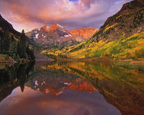 Maroon Bells reflected on Maroon Lake at sunrise, National Forest, Colorado von Danita Delimont
