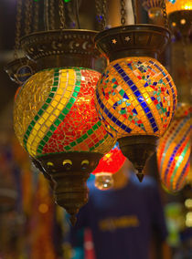 Vendor in Spice Market offerring colorful Stained Glass Lamps, Istanbul Turkey von Danita Delimont