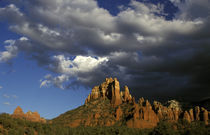 North America, United States, Arizona, Sedona. Red rocks with clouds. von Danita Delimont