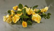 gelbe Rosen in einer Schale / Foto by AKG  Images
