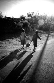 Two little girls, India von Alex Soh