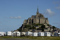 Campervans parked beneath Mont Saint-Michel, France. von Sami Sarkis Photography