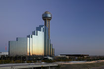 Tower behind a building in a city, Reunion Tower, Dallas, Texas, USA von Panoramic Images