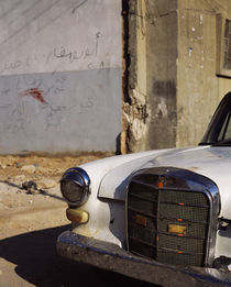 Rusty car in front of a building, Syria von Panoramic Images