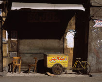 Vending cart in front of a closed store, Egypt von Panoramic Images