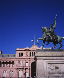 Low angle view of an equestrian statue in front of a government building von Panoramic Images
