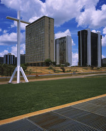 Cross in front of buildings in a city, Brasilia, Brazil von Panoramic Images