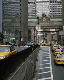 Yellow taxis on road viewed from Park Avenue Tunnel von Panoramic Images