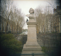 Pigeon beside a bust in a park, France von Panoramic Images