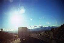 Semi-truck moving on the road, Interstate 40, Mohave County, Arizona, USA von Panoramic Images