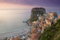 High angle view of a town and a castle on a cliff von Panoramic Images