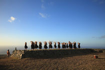 Hula dancers performing on the beach at sunrise, Molokai, Hawaii, USA von Panoramic Images