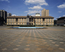 Statue of Jomo Kenyatta with a courthouse in the background von Panoramic Images