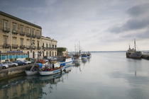 Fishing boats docked at a harbor, Ortygia, Siracusa, Sicily, Italy von Panoramic Images