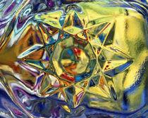 Kaleidoscopic star pushing through yellow water with blue edges von Panoramic Images