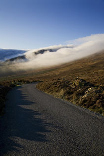 Low Cloud Hugging the Comeragh Mountain Peaks von Panoramic Images