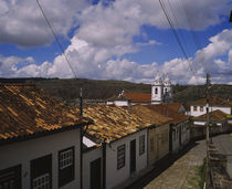 High angle view of houses along a cobblestone street von Panoramic Images