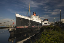 Rms Queen Mary cruise ship and Russian submarine Scorpion at a port von Panoramic Images