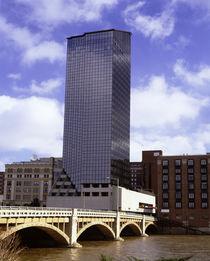 USA, Michigan, Grand Rapids, Skyscraper along a river