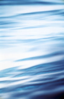 Light reflected on blue rippled water von Panoramic Images