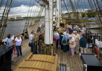 "Tourists on The Famine Ship ""Dunbrody"", Newross, County Wexford, Ireland von Panoramic Images"