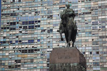 Statue of General Artigas with a building in the background von Panoramic Images